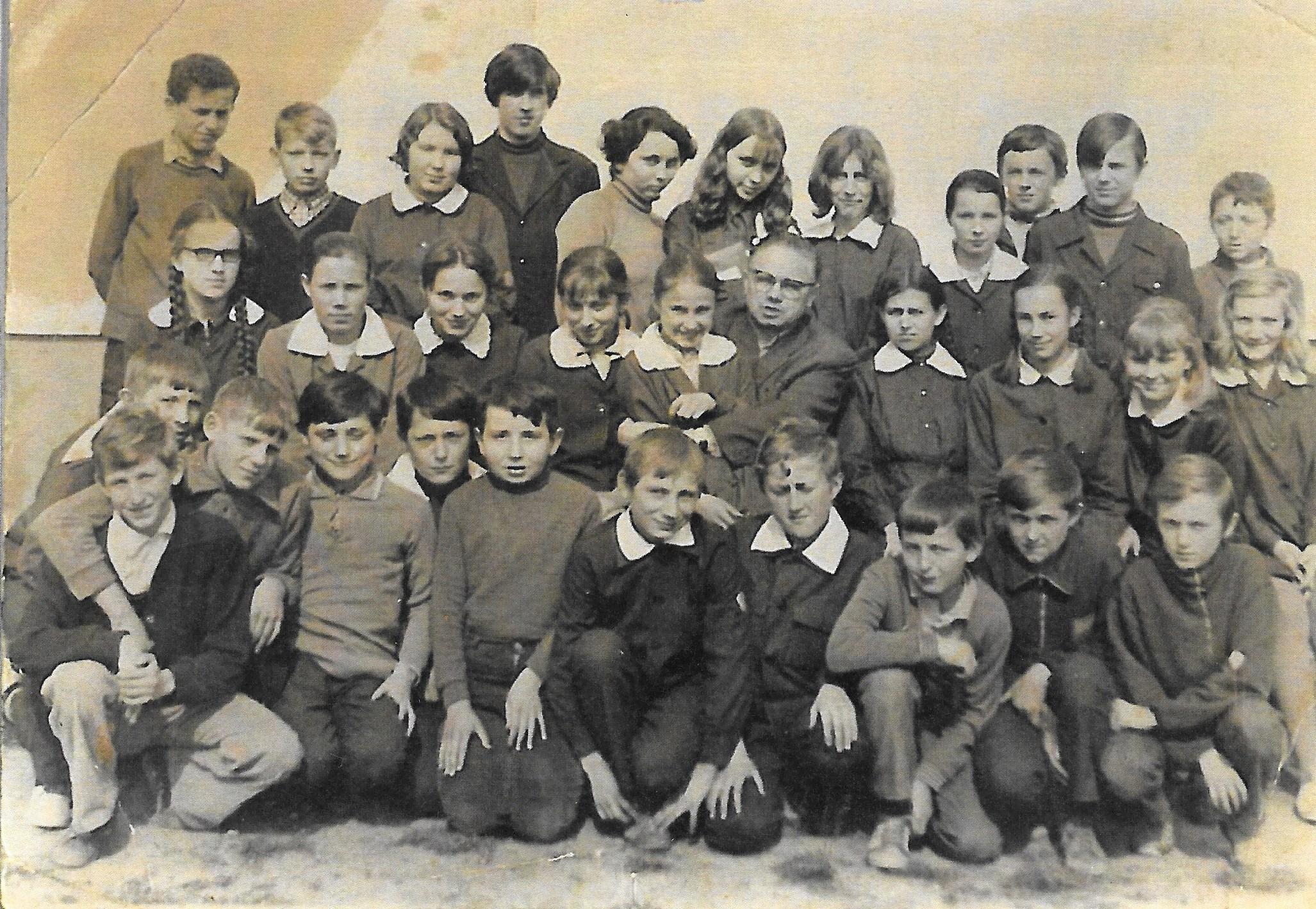Uczniowie klasy 7a SP w Tymbarku z wychowawcą Kazimierzem Abraowskim - rok 1973