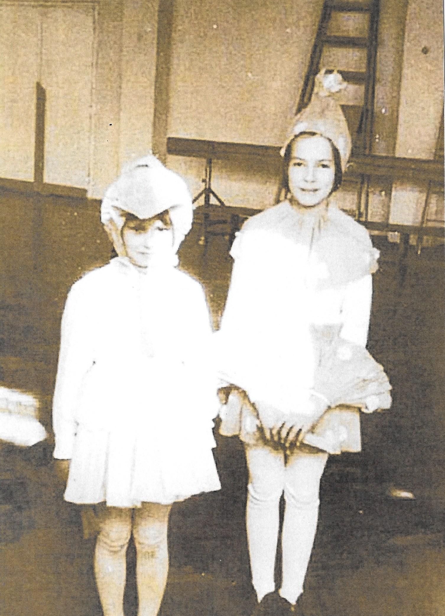 Uczennice-klasy-3a-SP w-Tymbarku-1969-akademia-szkolna