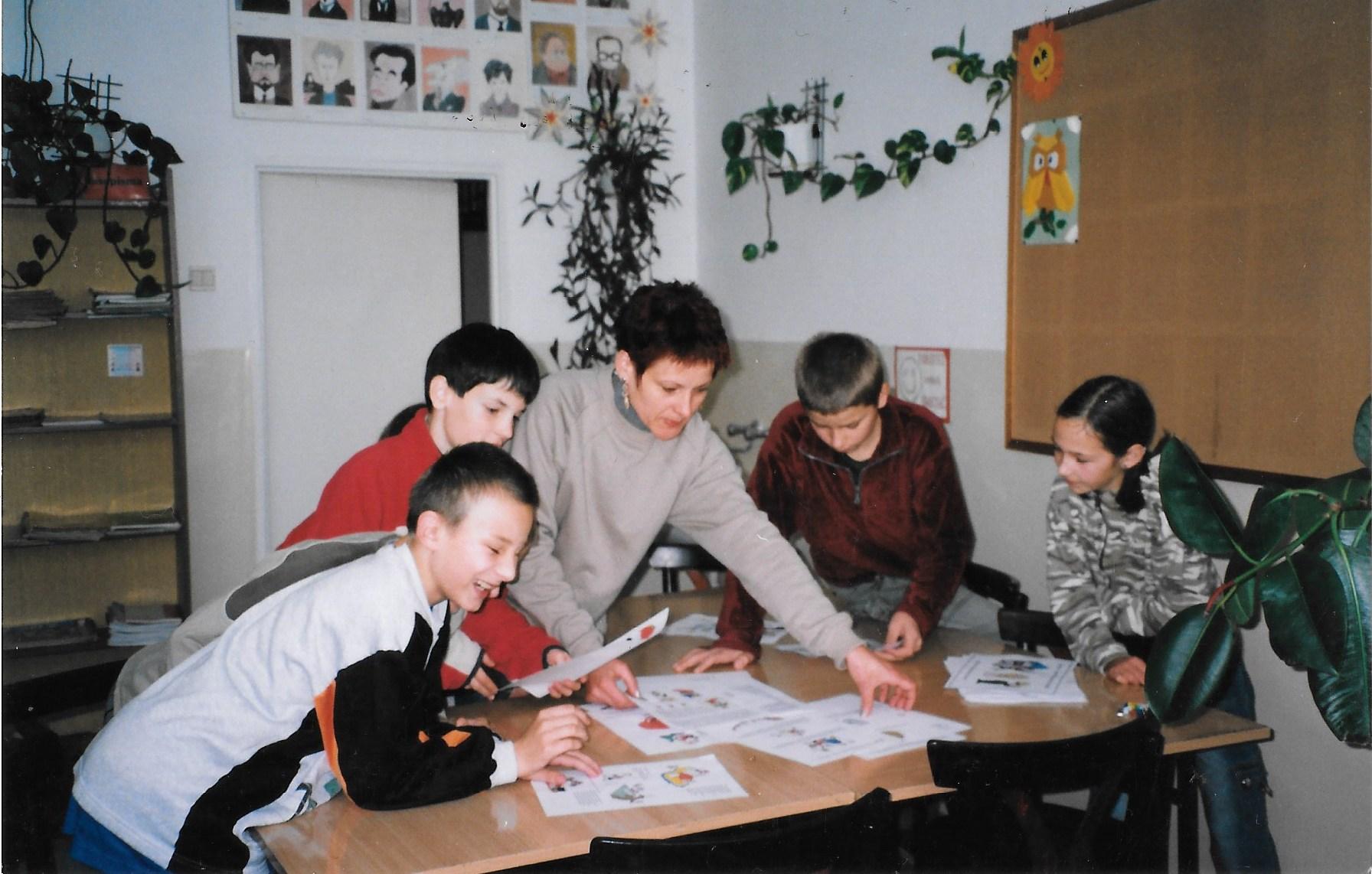 Praca z uczniami przy wspólnej gazetce, 2004